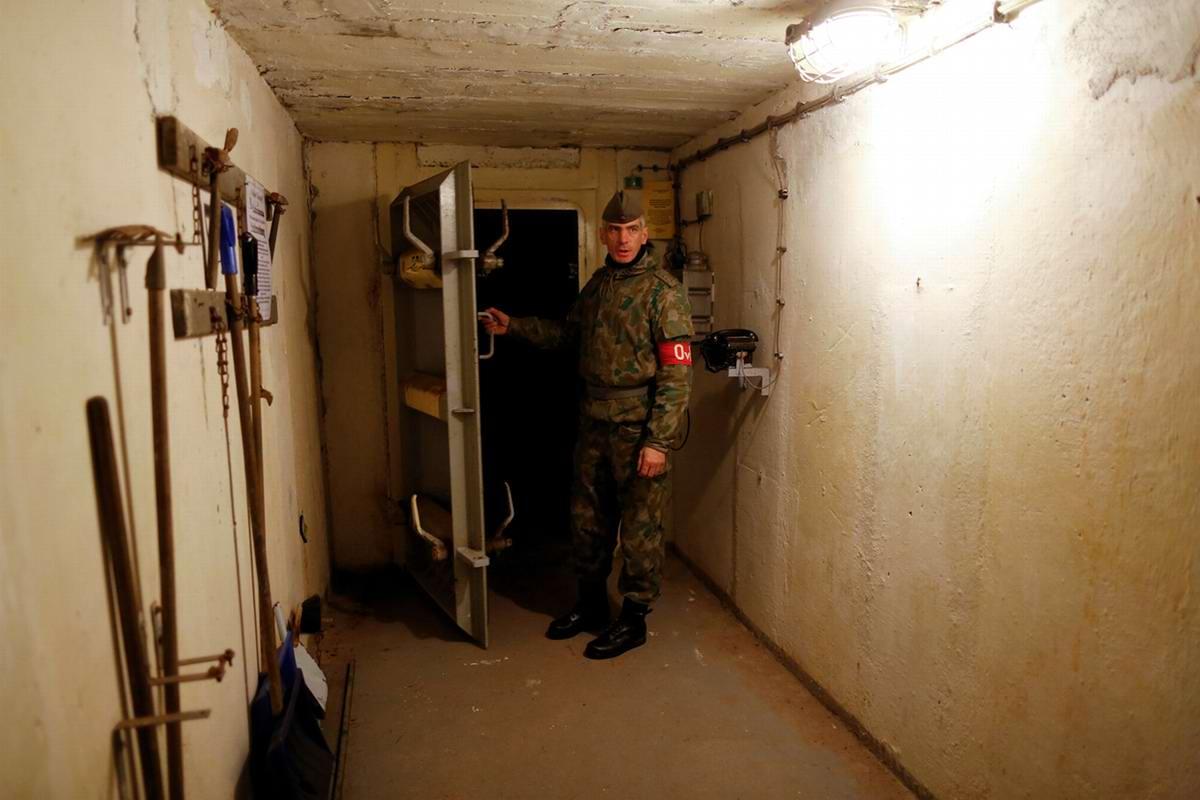 Работник музея открывает перед гостями бронированную дверь в одно из помещений