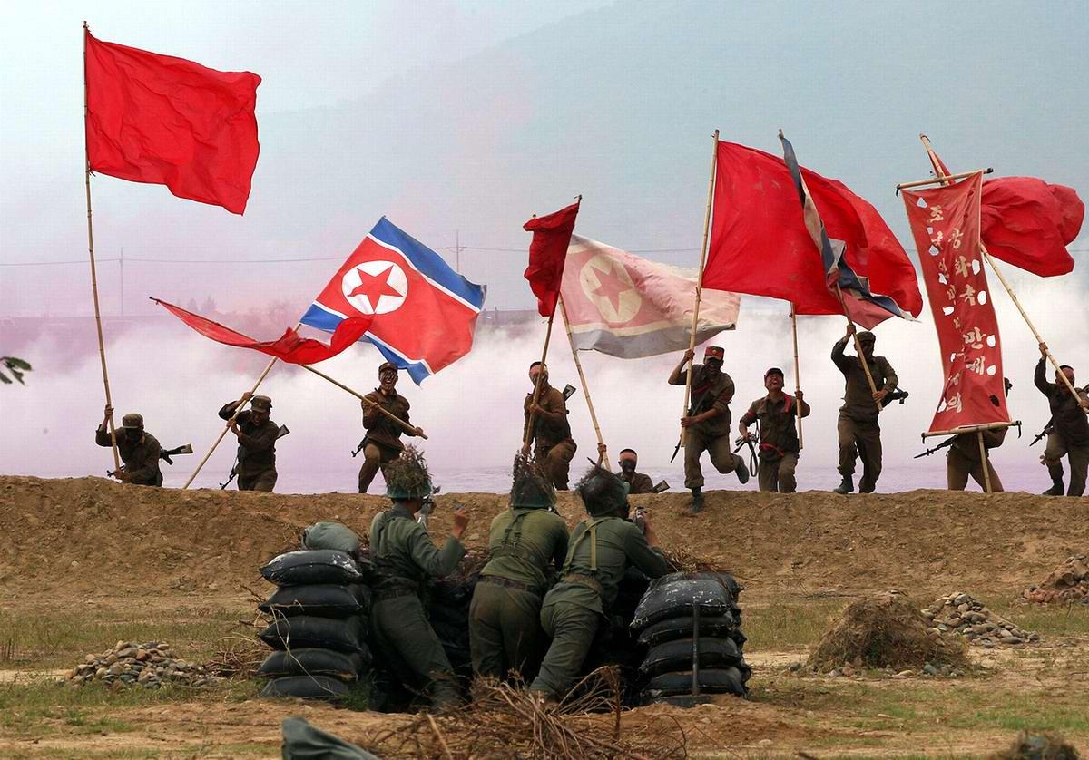 Сцены сражений между солдатами армий Северной и Южной Кореи времен военного конфликта начала 1950-х годов в исполнении переодетых солдат южнокорейской армии - 3