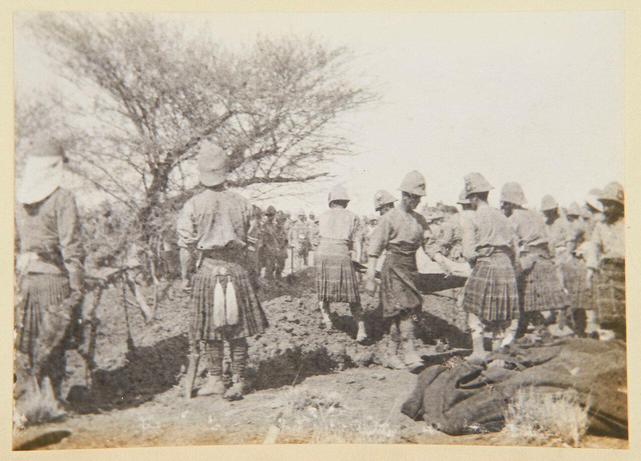 8 апреля 1898. Кэмеронский и Сифортский полки хоронят своих мертвецов после сражении при Атбаре
