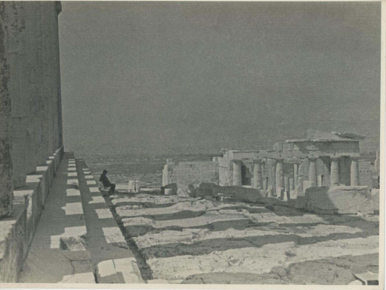 Афины. Колонны в тени