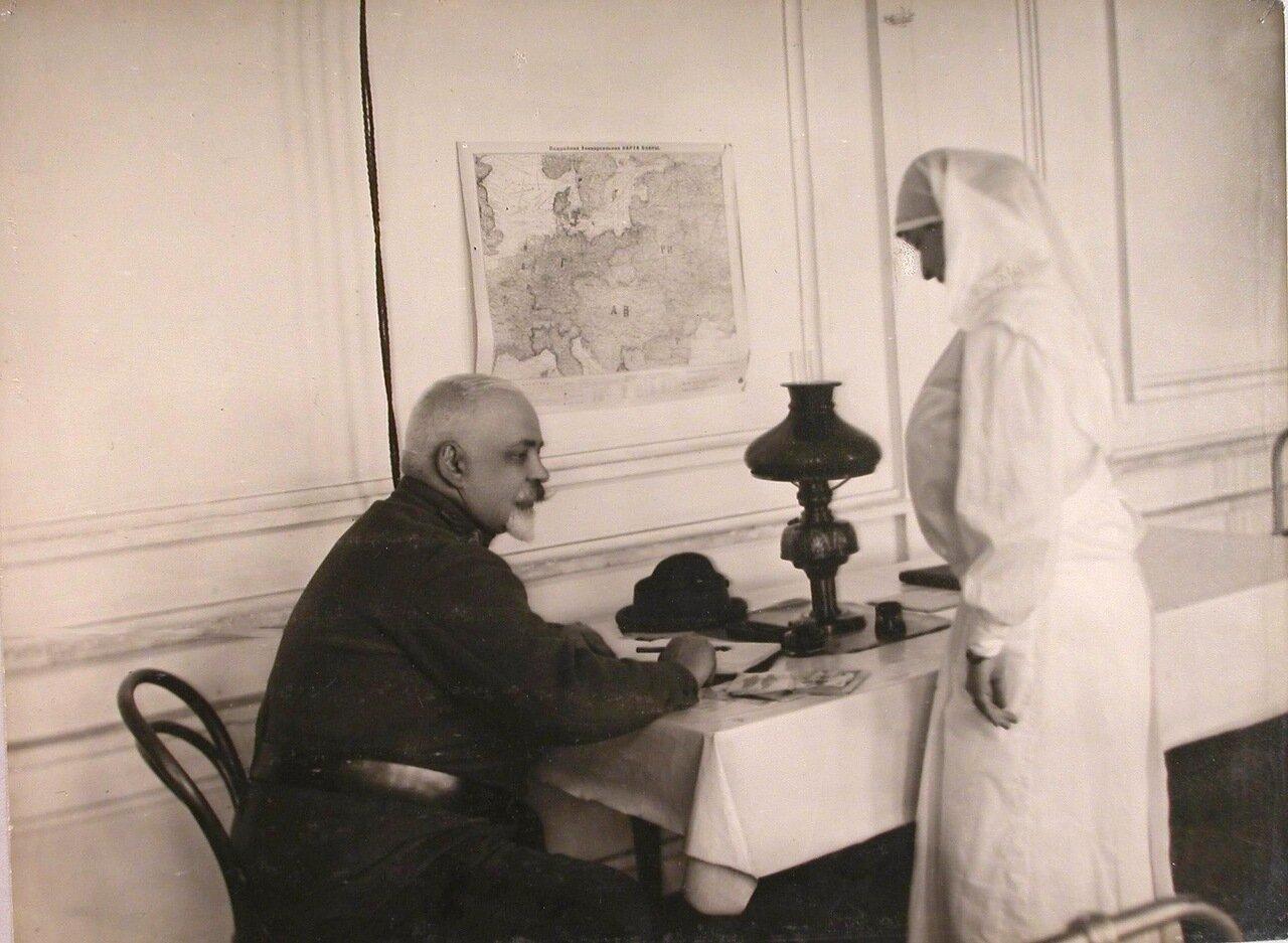 14. Дежурный врач и сестра в вестибюле госпиталя