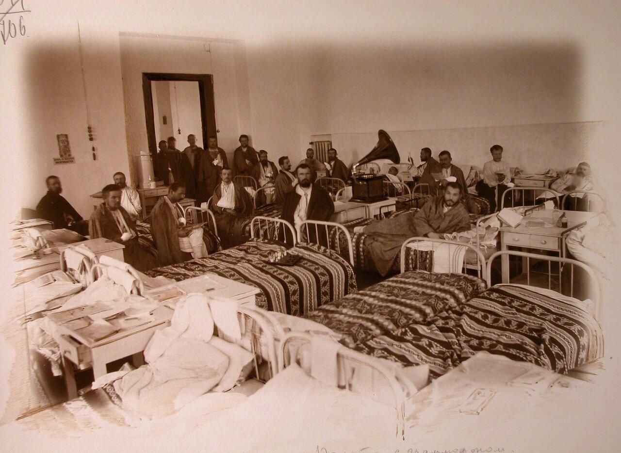 11. Раненые слушают граммофон в одной из палат госпиталя