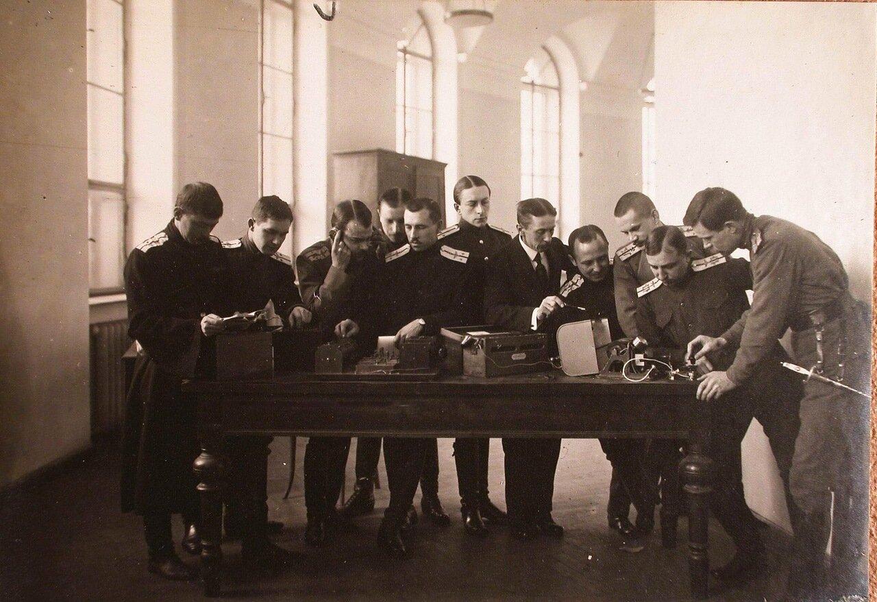 39. Группа слушателей школы во время практических занятий по изучению радиотелеграфных приборов