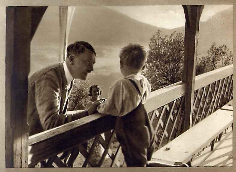 Адольф Гитлер и германская детка. Вот так мы воспитаем германских деток, показал и рассказал фюрер(2).jpg