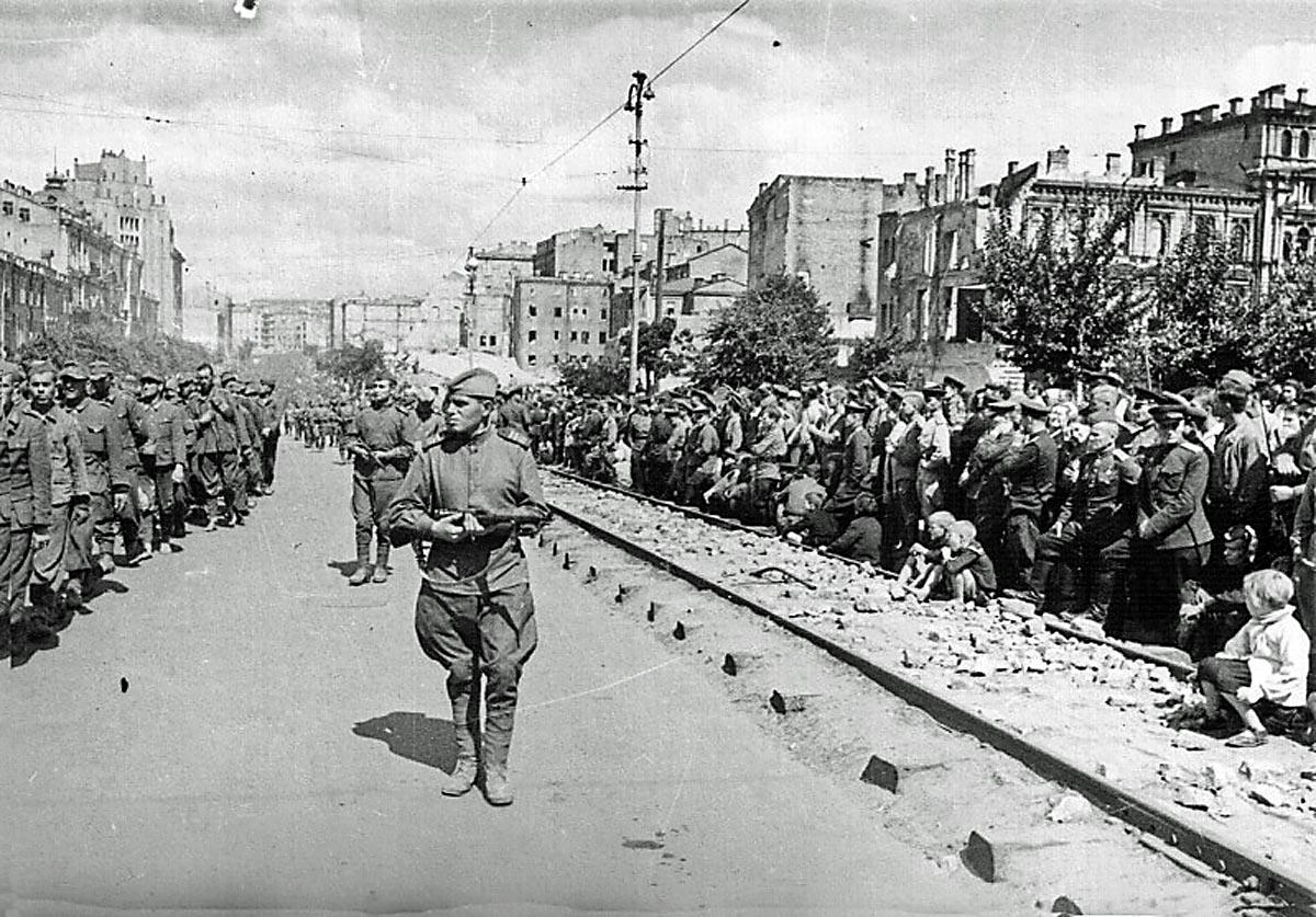 Пленных гитлеровцев проводят по улицам Киева. 16 августа 1944(1)_1200_.jpg