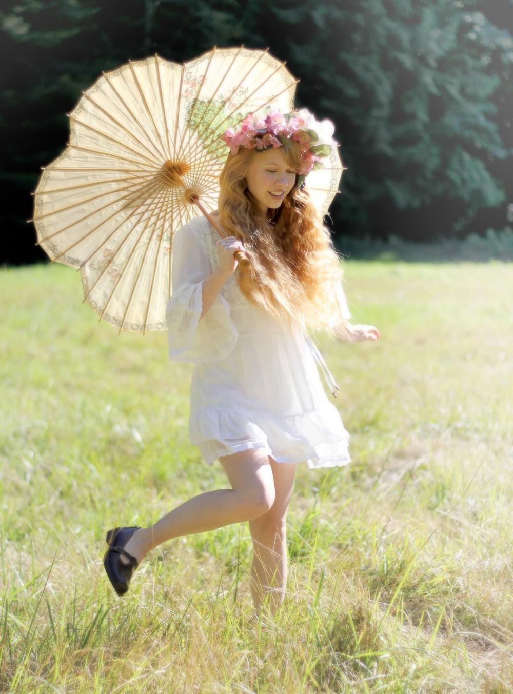 Dolly Little резвится на лужайке