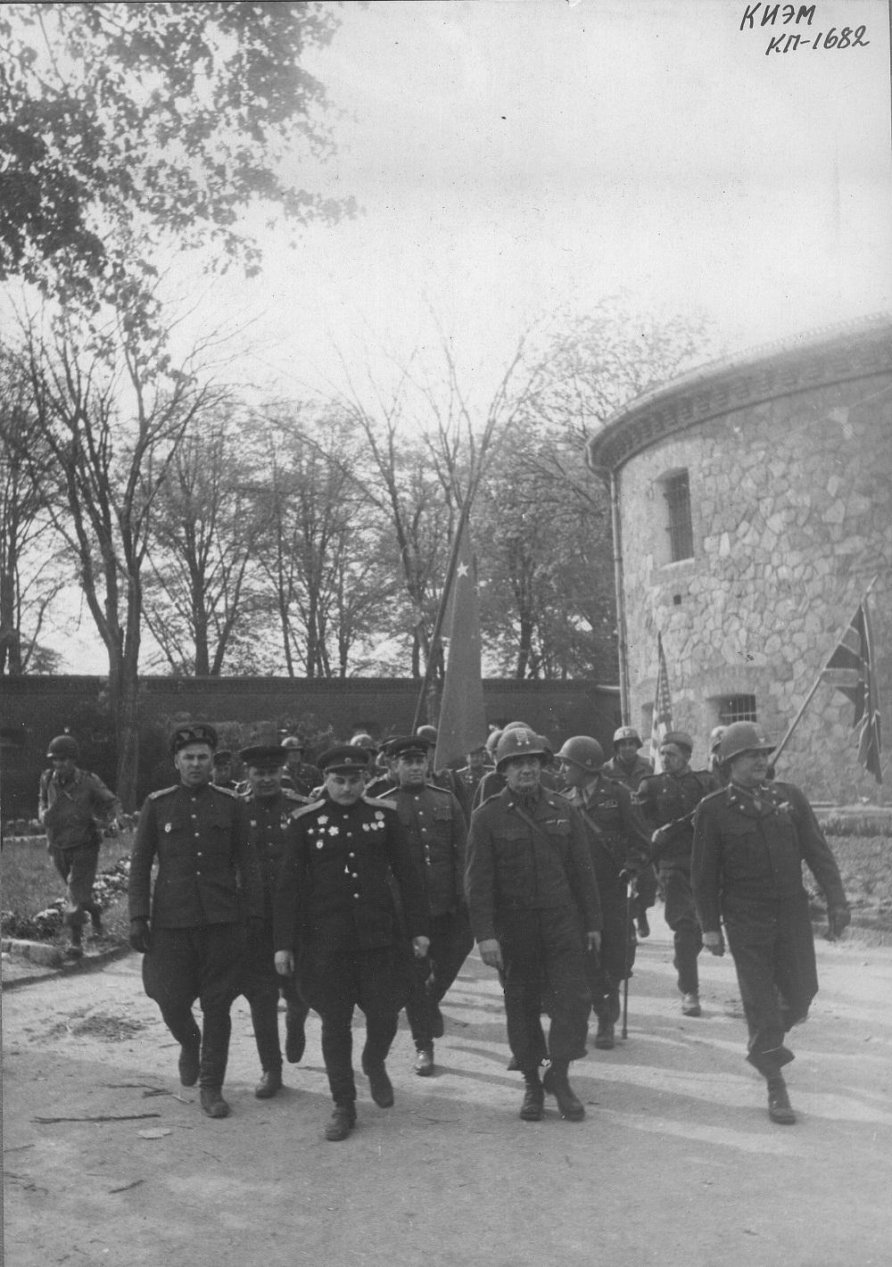 Встреча на Эльбе, советский генерал-майор В.В. Русаков и командир американской армии Эмиль Райнхард.jpeg