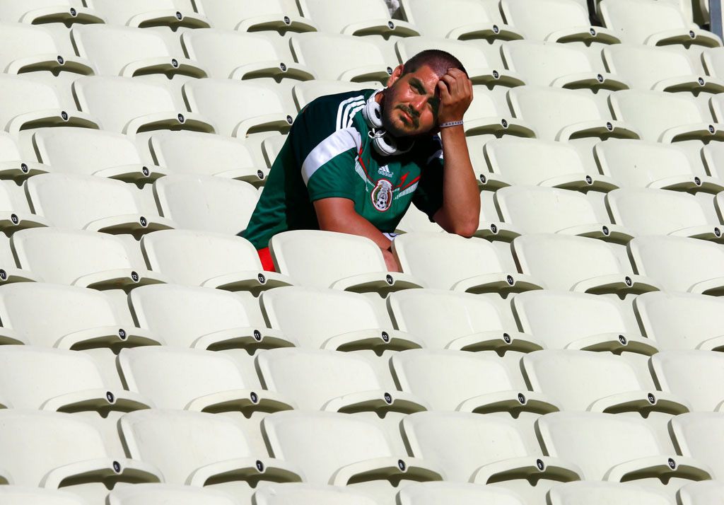 Грустный болельщик сборной Мексики на трибунах после вылета своей сборной с чемпионата мира.jpg