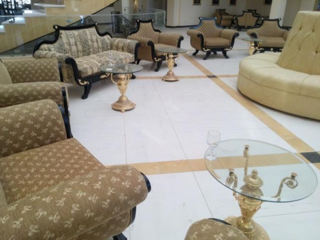 Можно присесть вэто удобное пыльное кресло ипочувствовать себя важным гостем, которого отель-призр