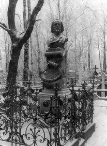 Надгробный памятник поэту С.Я.Надсону (бюст работы И.Я.Гинцбурга по проекту М.М.Антокольского).