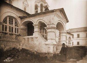 Вид на крыльцо и северный вход в церковь Успения Пресвятой Богородицы. Владимир-на-Клязьме г.