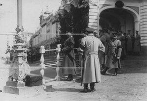 Командир конвоя, генерал-майор свиты, князь Георгий Иванович Трубецкой у Екатерининского дворца во время парада.