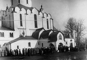 Офицеры полка приветствуют выходящих из Федоровского собора иконы Божией Матери членов императорской фамилии.