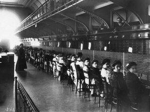 Телефонистки за работой.