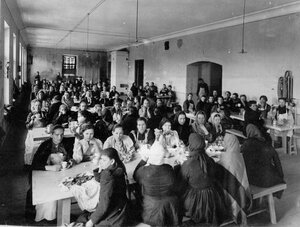 Работницы винного склада в столовой за обедом.