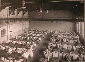 Раненые в палате лазарета,устроенногочленами Охотничьего клуба в доме Гимнастического общества.