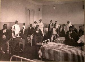 Раненые и медицинский персонал  в палате лазарета Прохоровской мануфактуры.