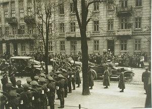 Группа военных встречает автомобильный кортеж императора Николая II у здания  Евгенинского госпиталя № 1