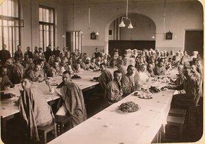 Раненые в столовой госпиталя, оборудованного в здании Политехнического института во время обеда.