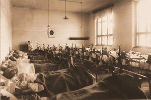 Раненые в палате № 4, оборудованной специальными приспособлениями для лечения переломов бедра.
