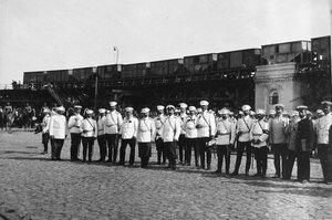 Группа офицеров на пристани  в ожидании прибытия парохода в порт.