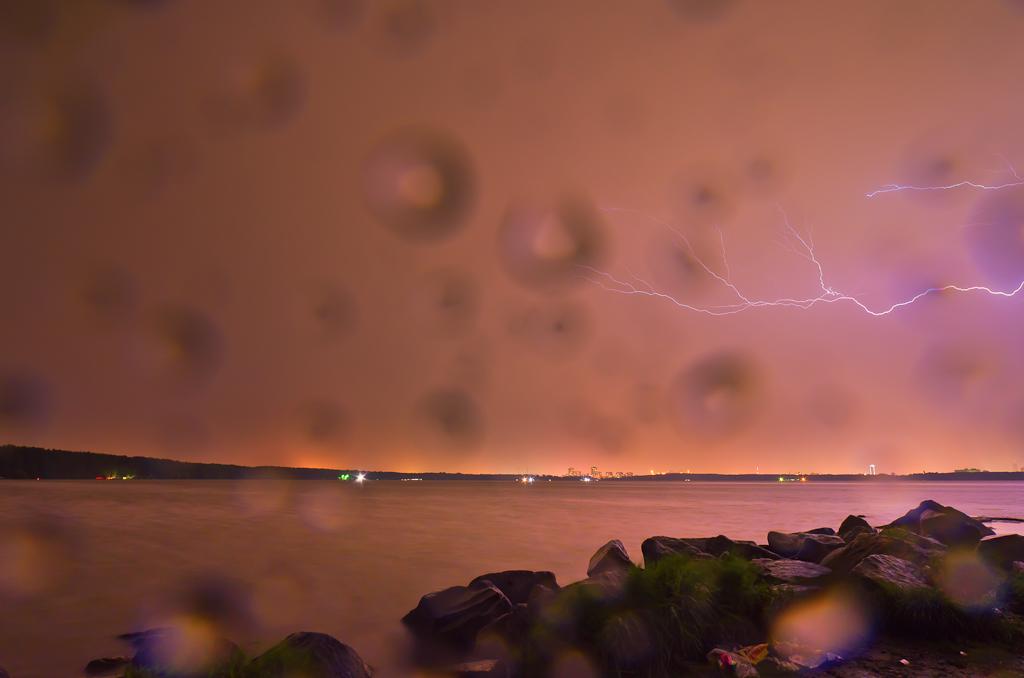 Фотография 13. Учимся правильно фотографировать. Съемка молнии на зеркальный фотоаппарат Nikon D5100 с шириком Samyang 14/2.8. Не было бы капель дождя, получилось бы почти на отлично?