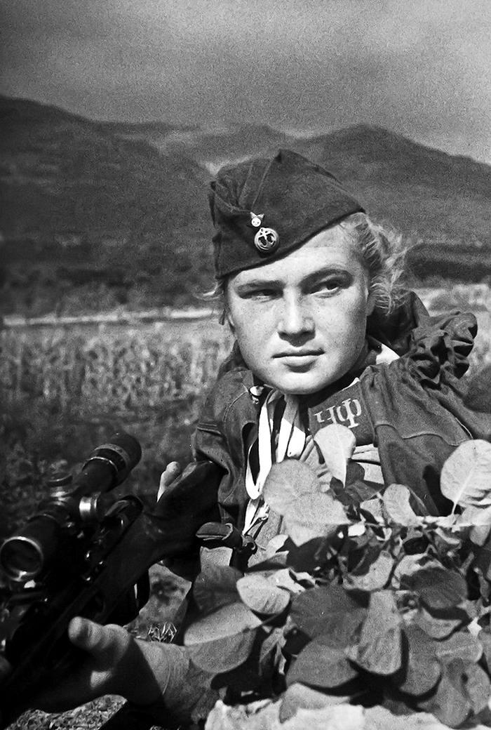 Снайпер 255-й бригады морской пехоты Черноморского флота Елизавета Миронова (1943 год)