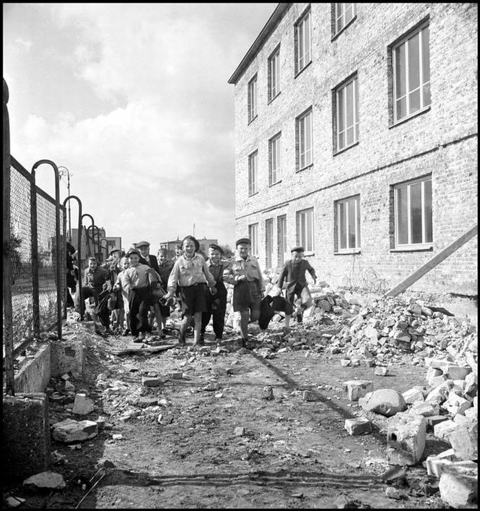 Польша, 1948 год - Школьники, идущие среди остатков местных развалин