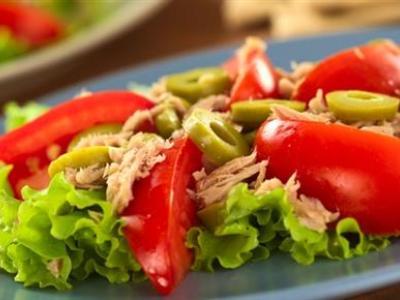 Салат из помидоров и консервированного тунца