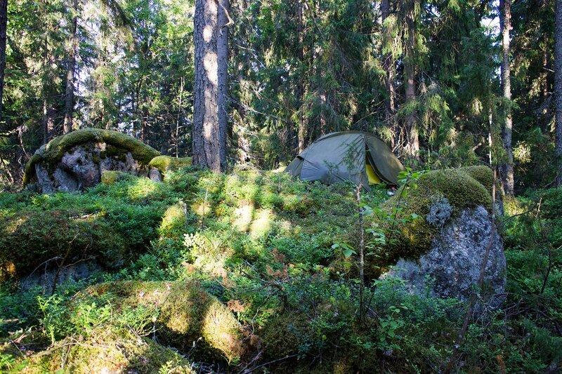 наша палатка на камнях