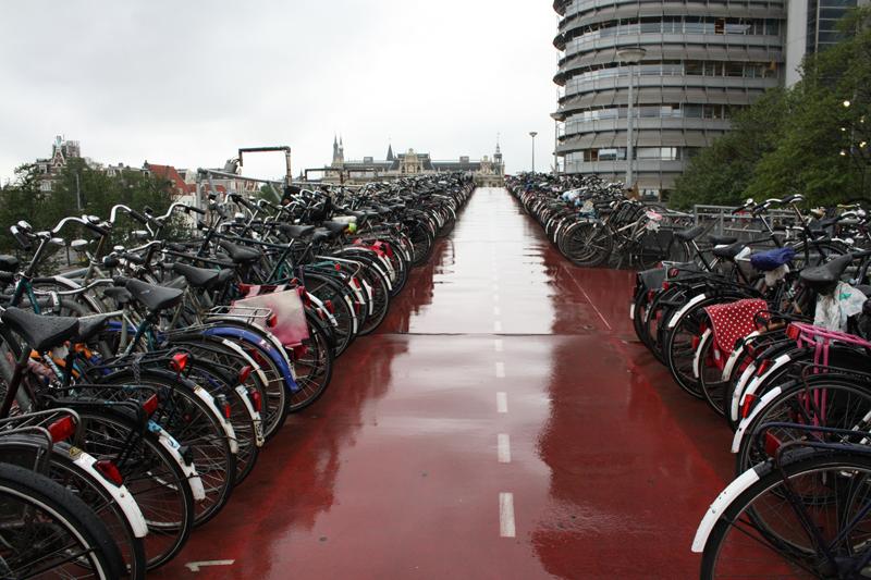 На верхнем этаже велосипедной парковки в Амстердаме