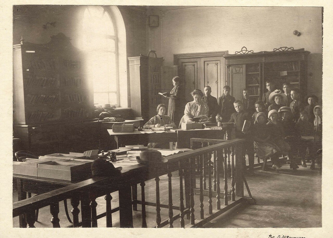 Интерьер комнаты бесплатной библиотеки-читальни Общества попечения о начальном образовании.1914