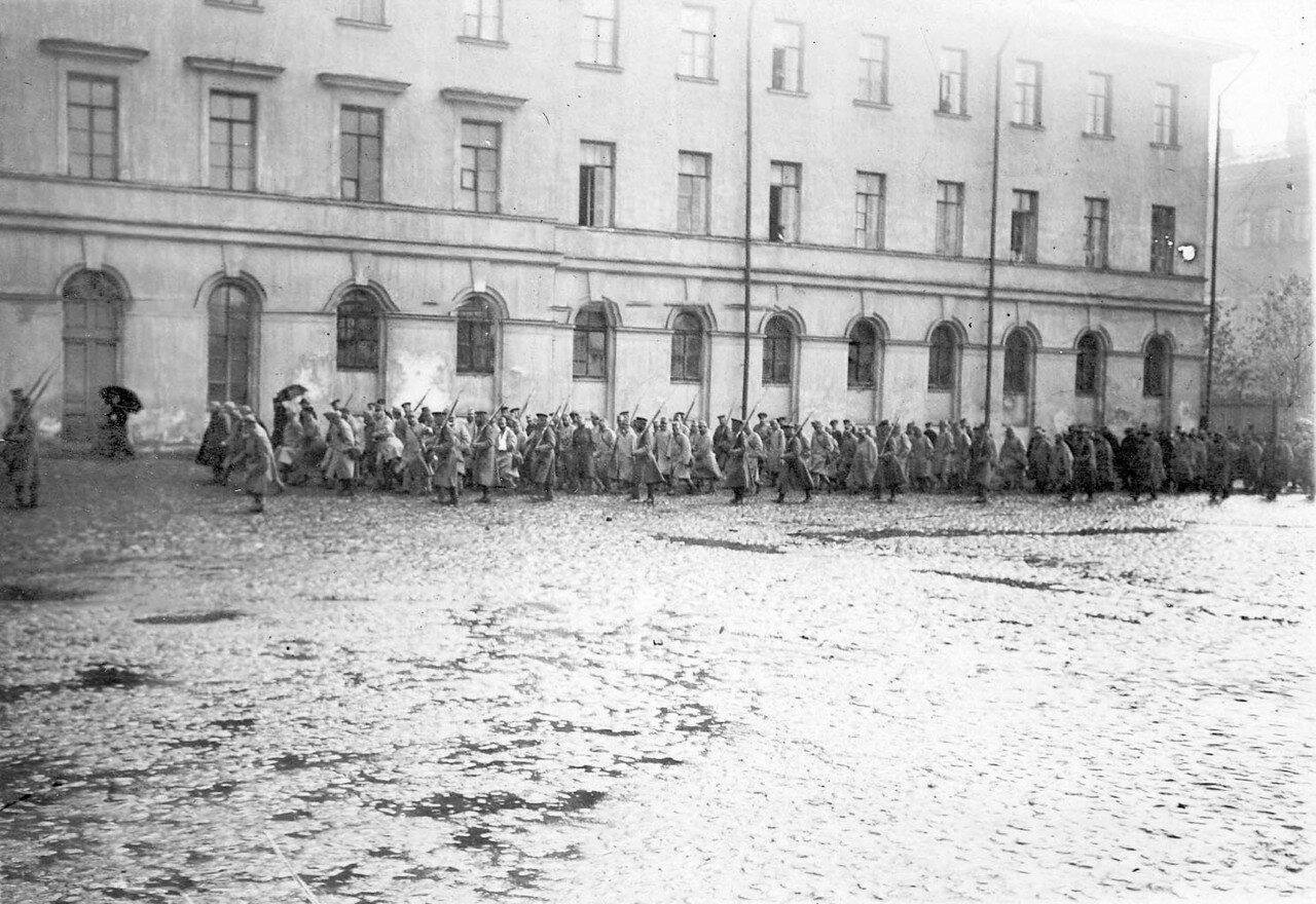 05. Колонна пленных австрийцев в сопровождении конвоя идет по Суворовскому проспекту