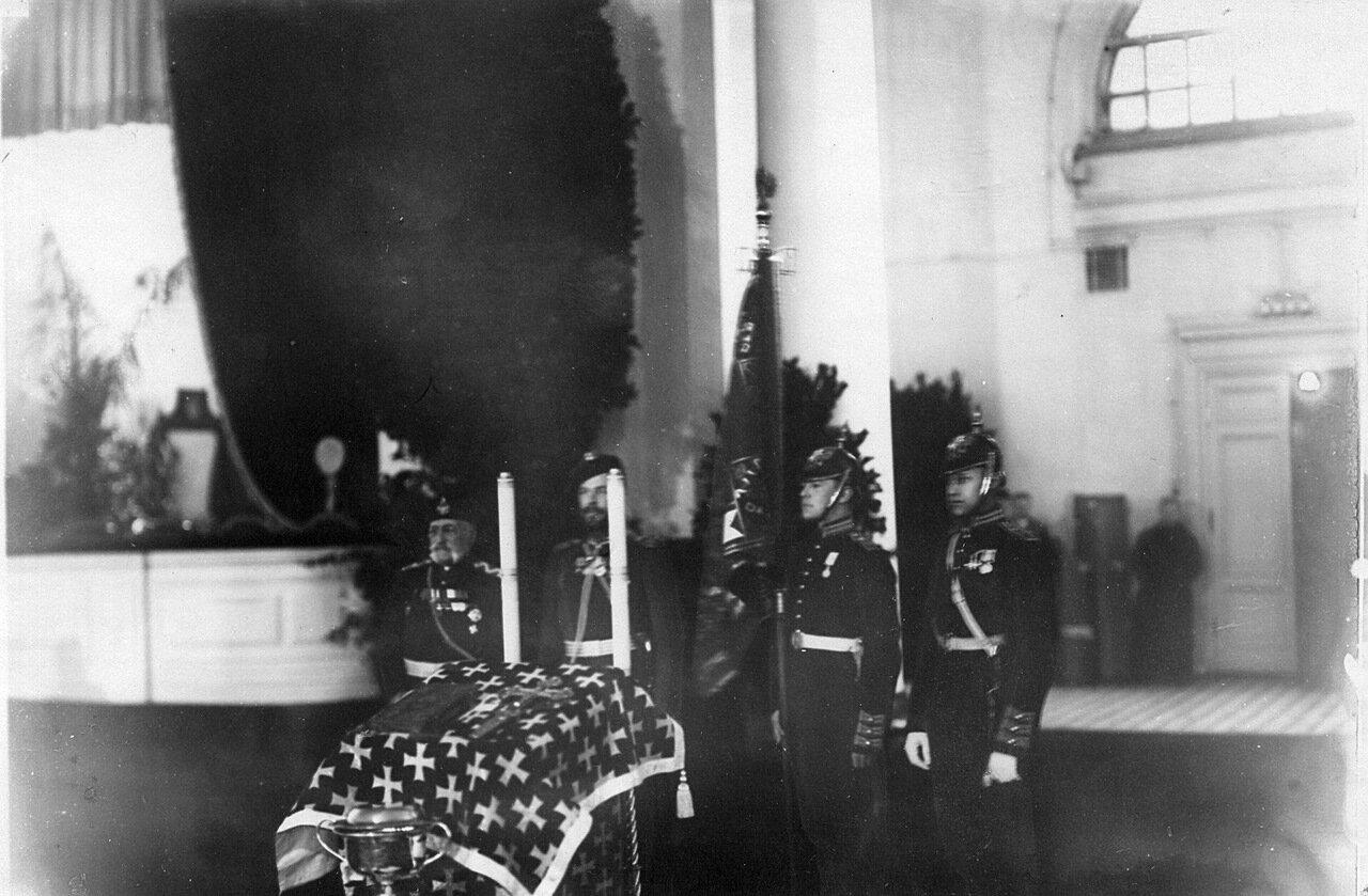 20. Офицеры и пажи со знаменем корпуса у аналоя перед торжественным молебном по случаю 100-летнего юбилея корпуса