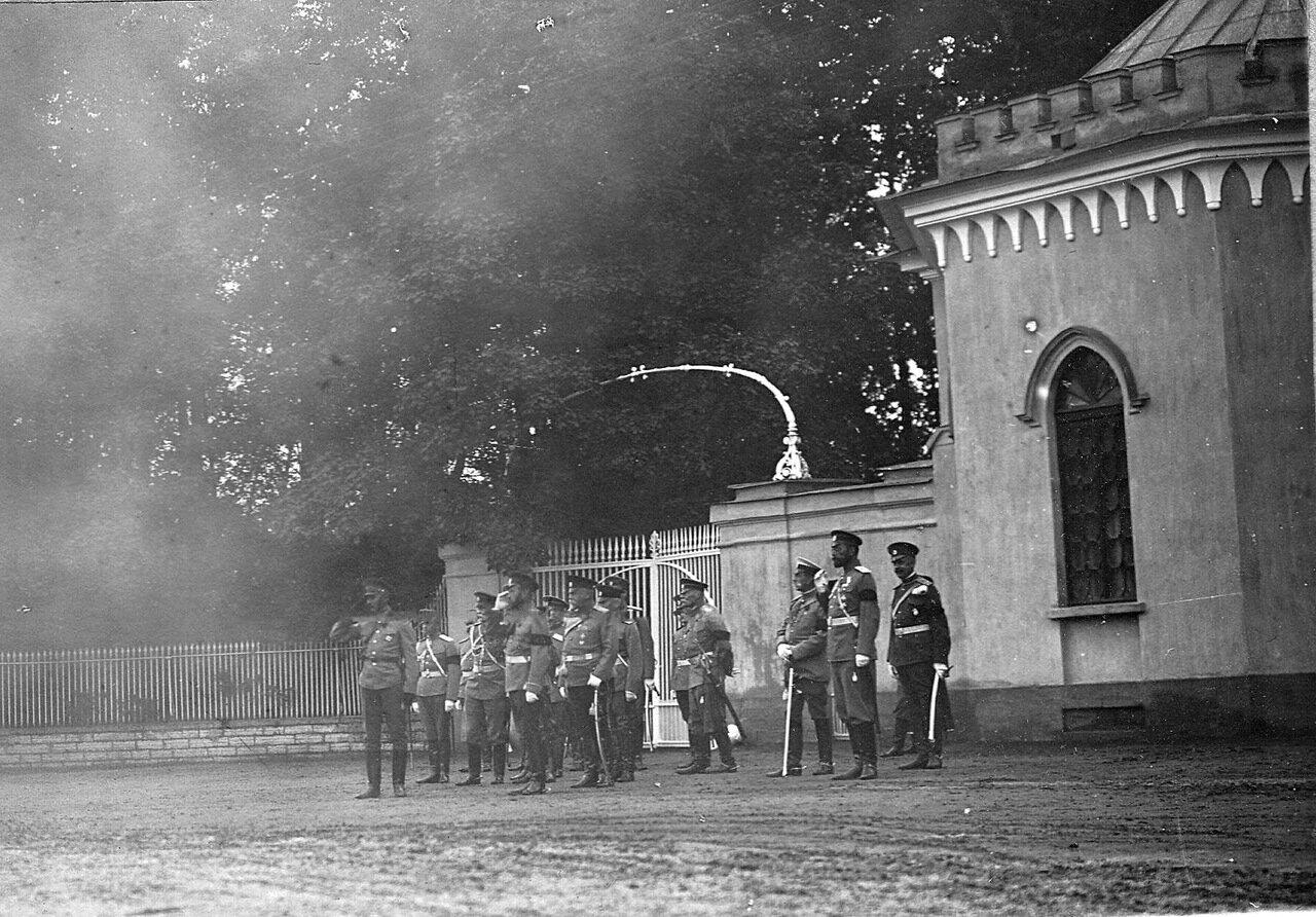 12. Автомобиль проезжает мимо императора Николая II и сопровождающих его лиц