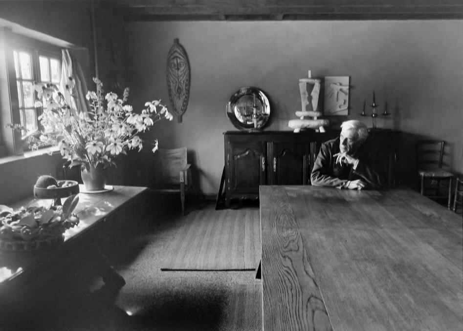1953. Жорж Брак у себя дома в Варанжевиле
