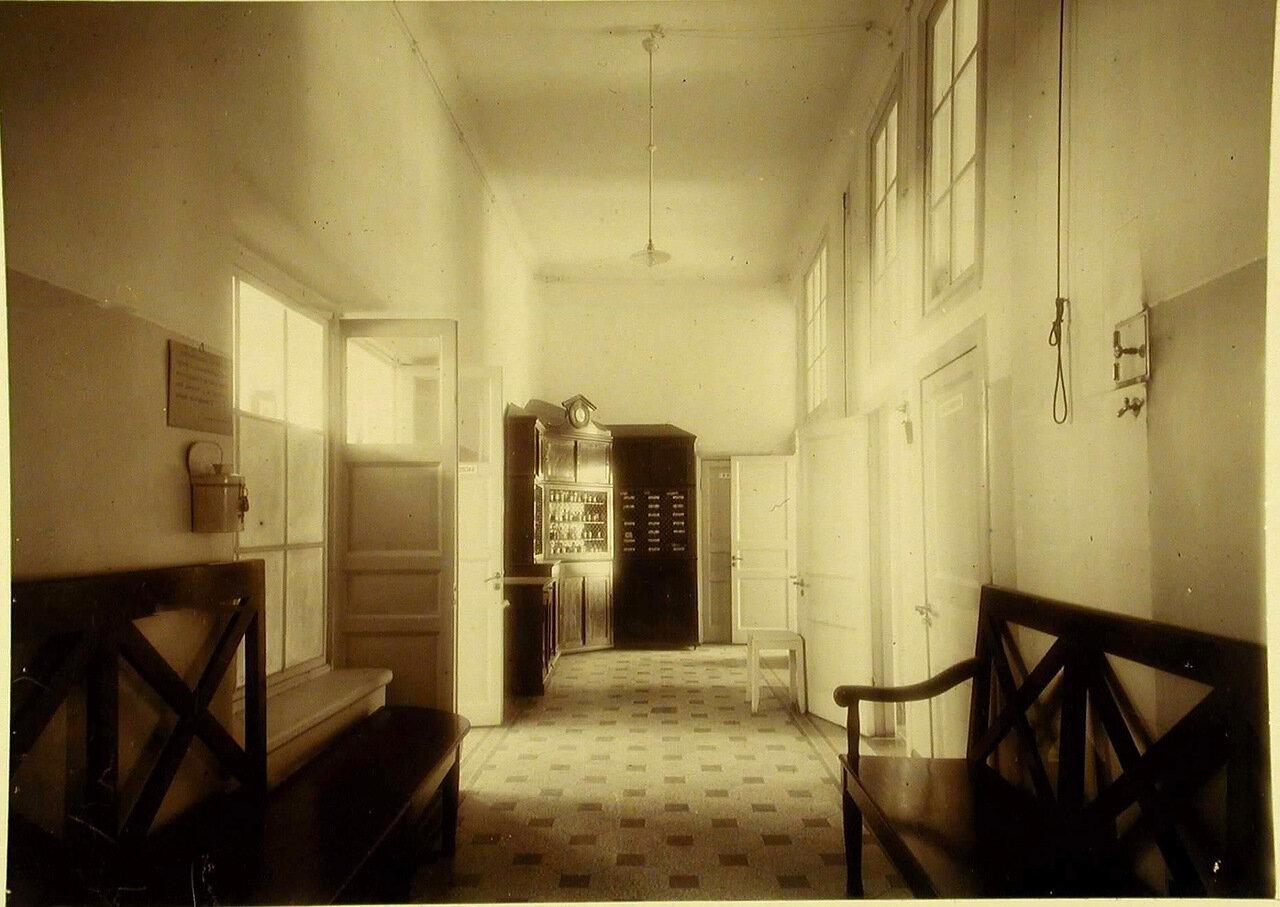 06. Вид части коридора и аптеки лечебницы общины