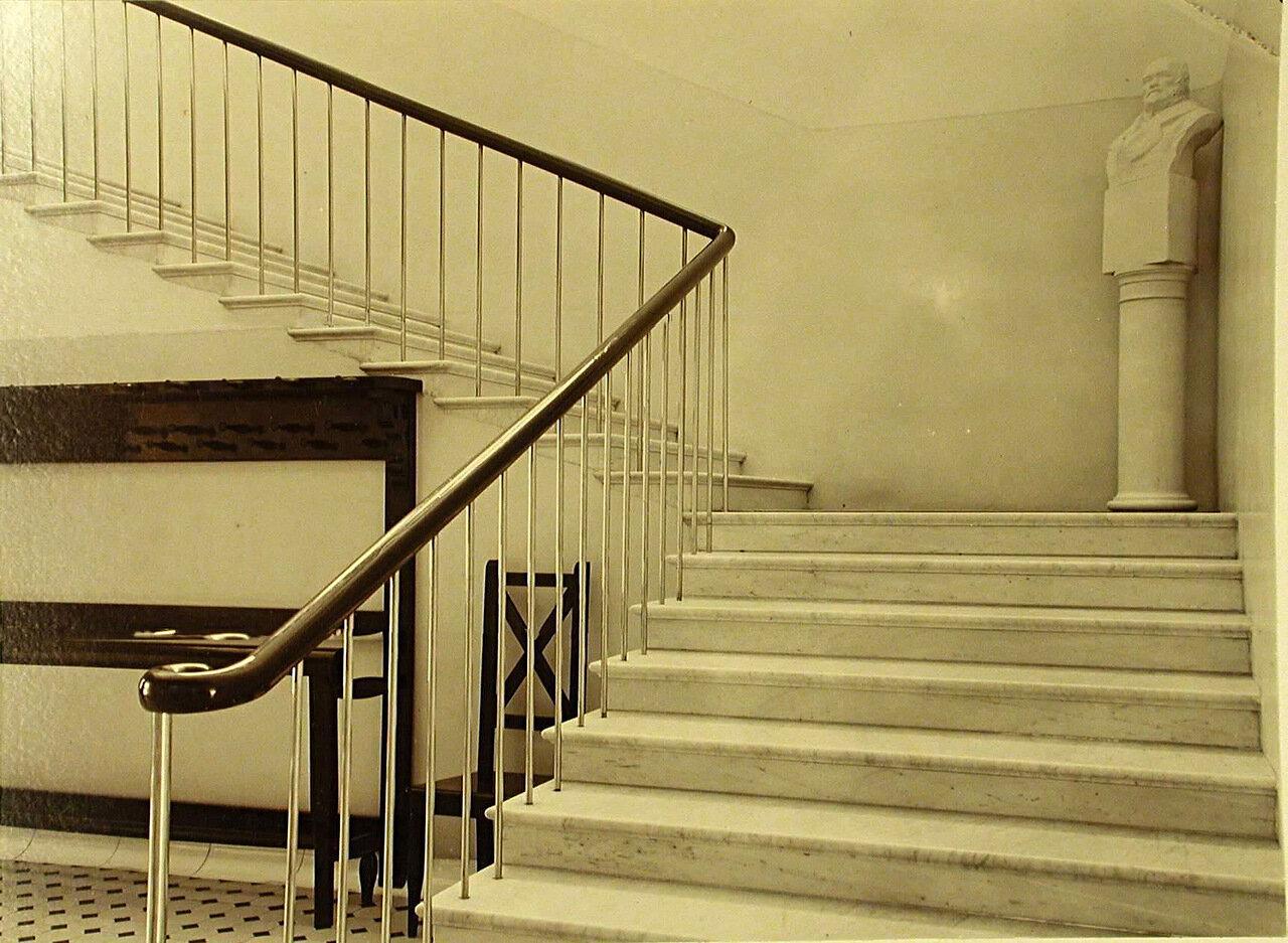 16. Лестница, ведущая на второй этаж больницы общины