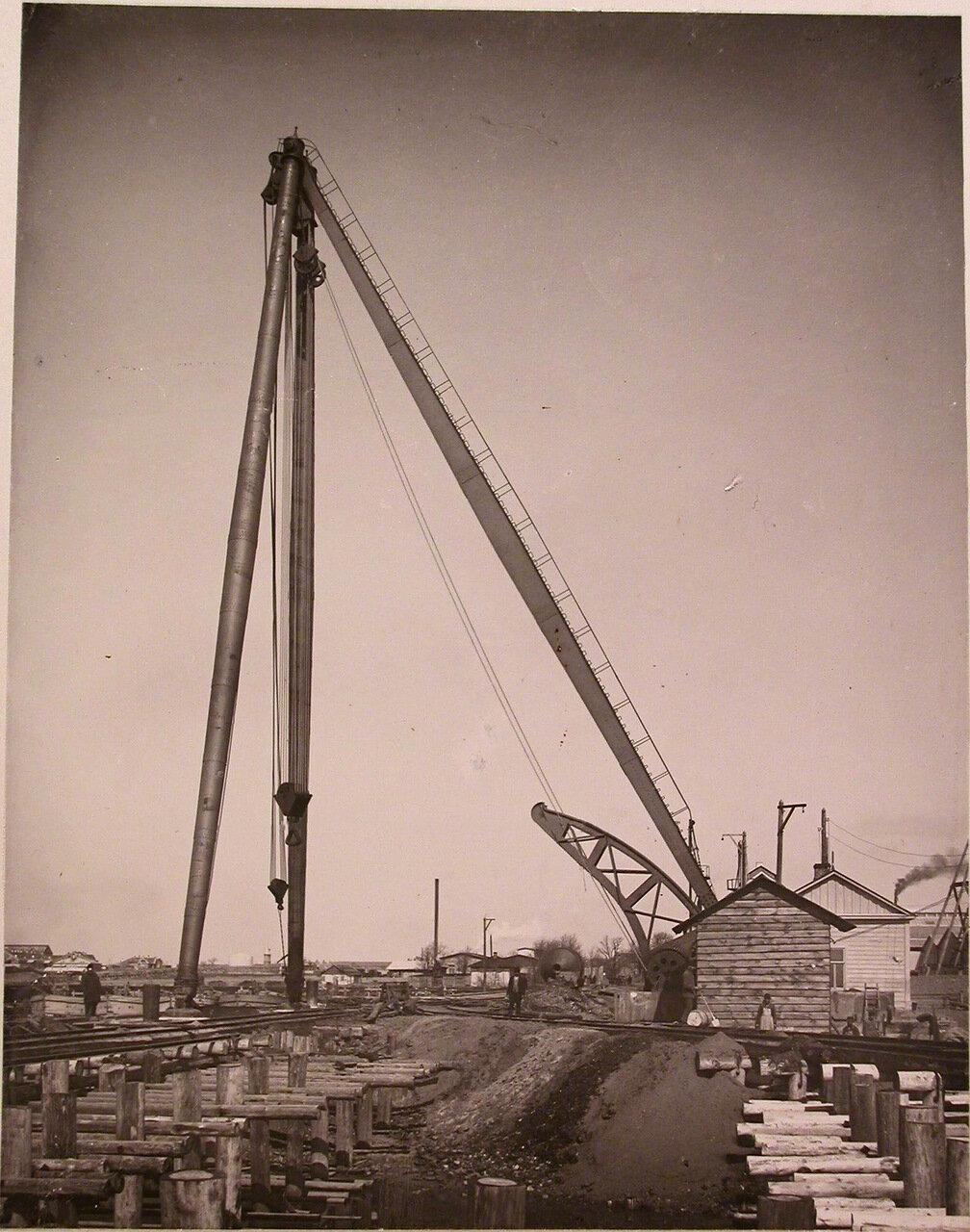 14. Общий вид 80 тонного крана, установленного на территории, где размещались различные производственные комплексы обществ