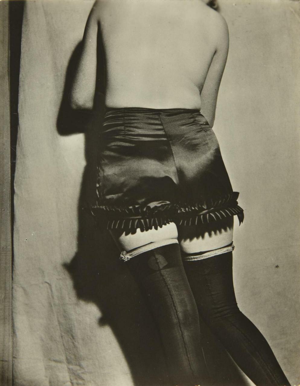 1932.  Реклама нижнего белья французской фирмы «Diana Slip». Панталоны «Искушение» из черного атласа