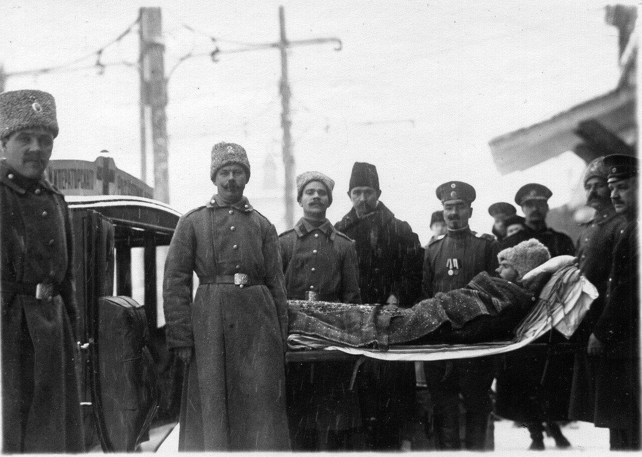 15. Переноска раненых в санитарную карету Красного Креста в день прибытия поезда в Петроград