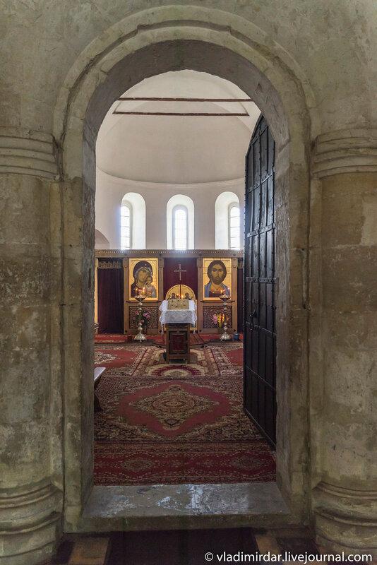 Главные врата Преображенской церкви в селе Остров