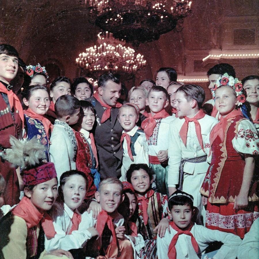 1962 января Юрий Гагарин на Новогодней елке в Кремле Я. Халип.jpg
