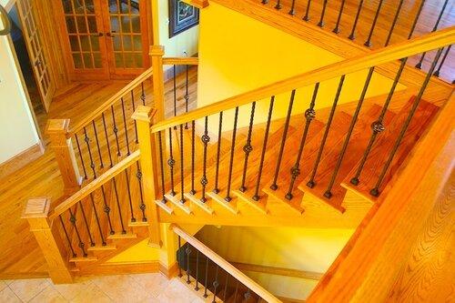 Установка деревянных лестничных перил