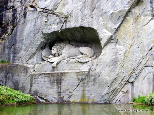 Надпись внизу и наверху скульптуры