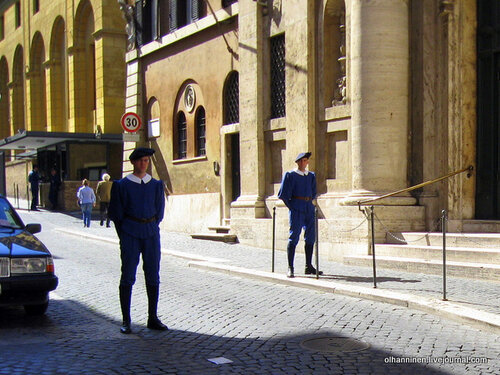 Повседневная форма швейцарских гвардейцев Ватикана