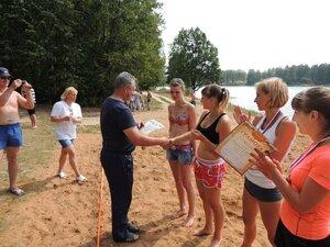 Районный турнир по пляжному волейболу. П. Дубровка, 10 августа 2014 года. Гавриленко В.П. награждает победителей турнира.