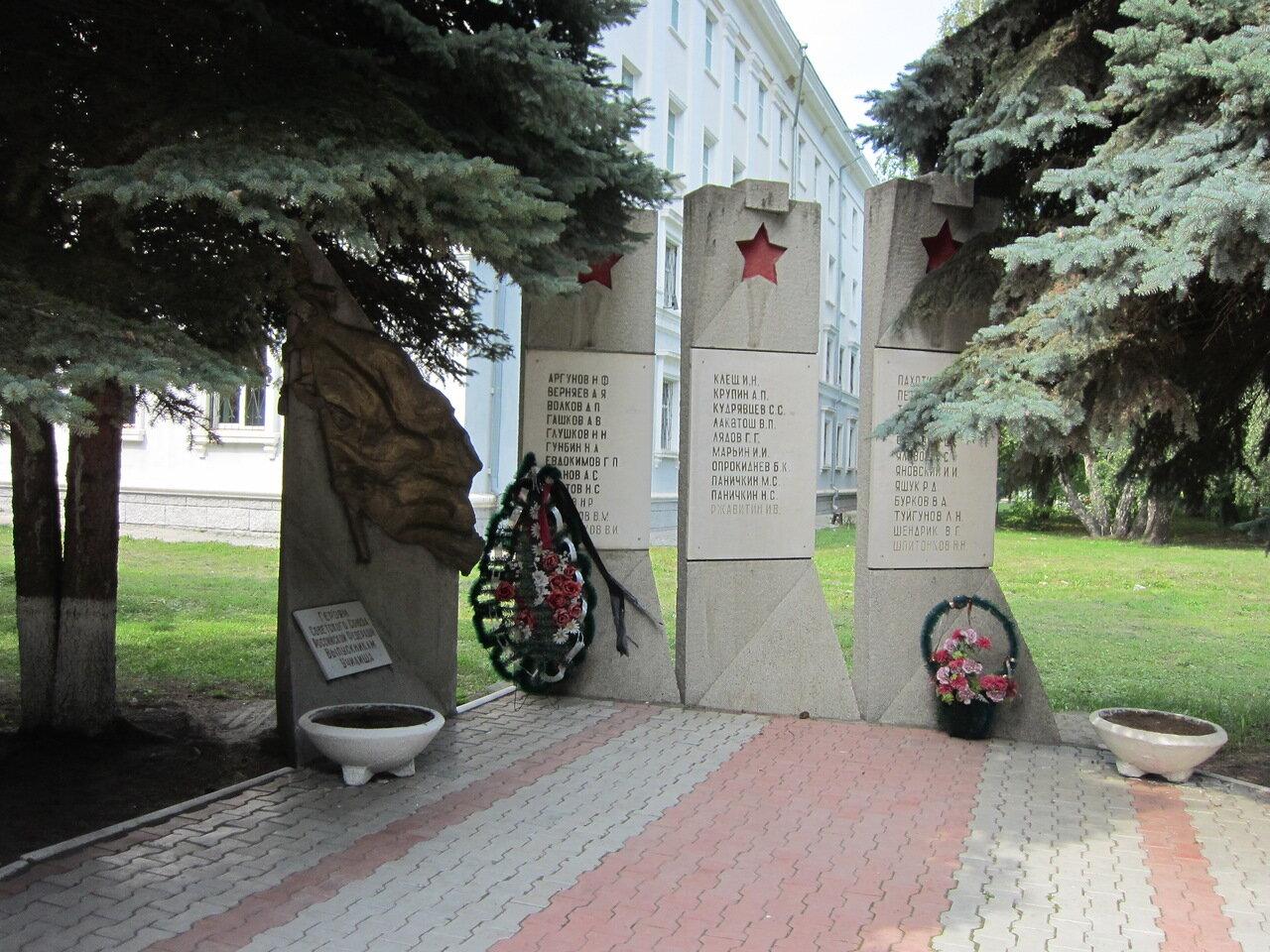 Памятник воспитанникам училища - Героям Советского Союза и России (15.08.2014)