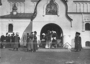 Императрица Александра Федоровна и ее дочери выходят из Федоровского собора иконы Божией Матери после богослужения в честь праздника полка.
