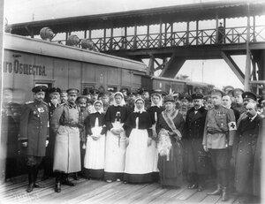 Группа медицинского и начальствующего состава поезда с великой княгиней Марией Павловной и великим князем Андреем Владимировичем